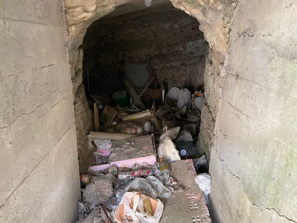 防空壕と思われる穴