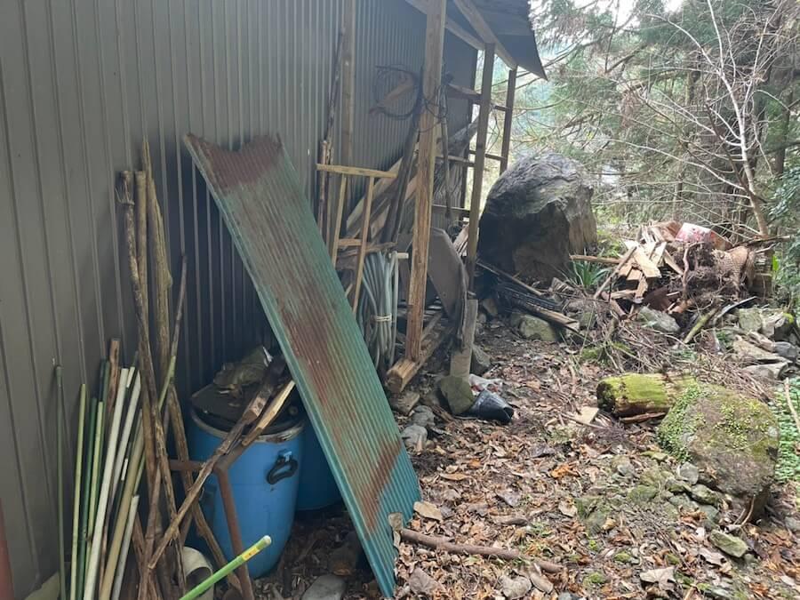 【浜松市天竜区】山奥の物置小屋の片付けと不用品回収片付け前