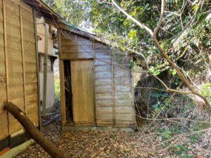 裏にある小屋