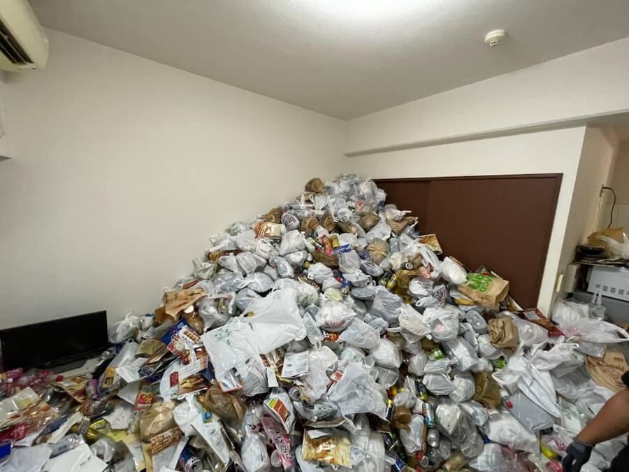 ゴミが山になっている浜松市のゴミ屋敷